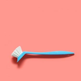 Pinceau bleu pâle pour laver la vaisselle. vue de dessus. fond
