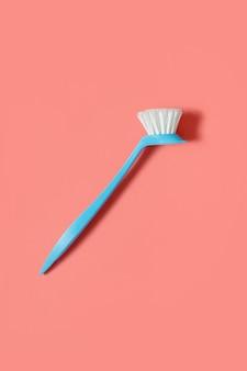 Pinceau bleu pâle pour laver la vaisselle. vue de dessus