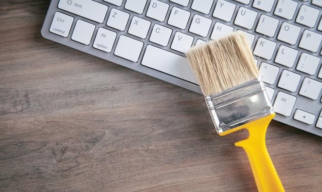 Pinceau sur le clavier de l'ordinateur. nettoyage du clavier