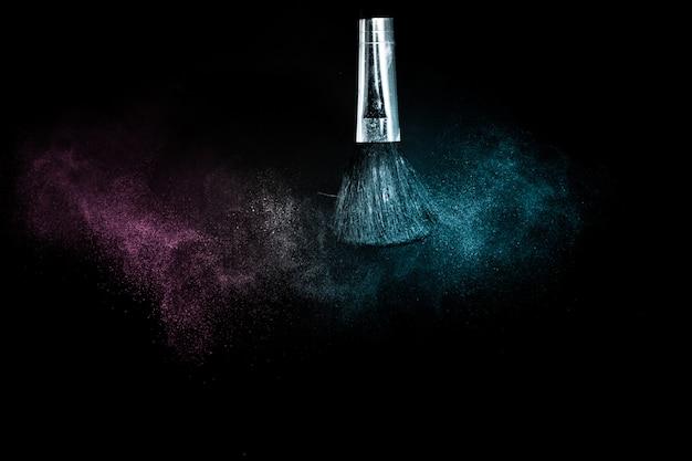 Pinceau cosmétique avec épandage de poudre cosmétique océan bleu et violet