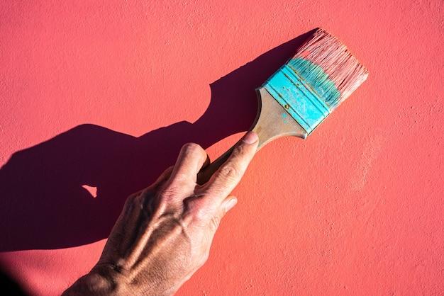 Pinceau grunge couleur corail avec peinture