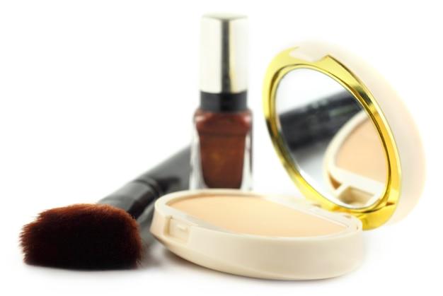 Pinceau de maquillage avec boîte cosmétique sur fond blanc