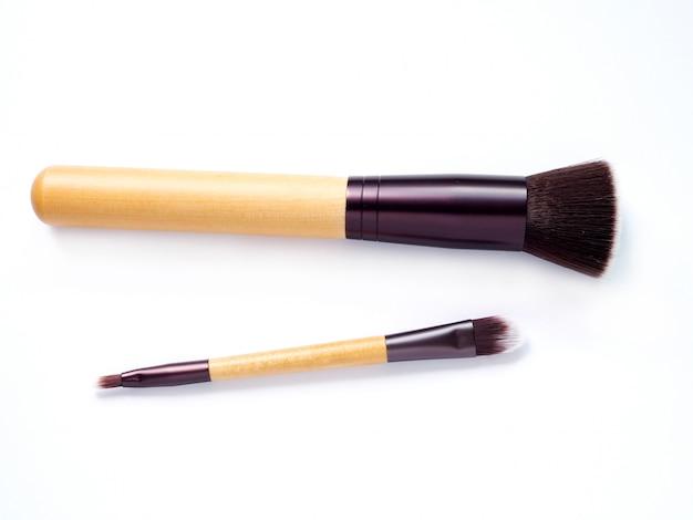 Pinceau de maquillage cosmétique isolé sur blanc