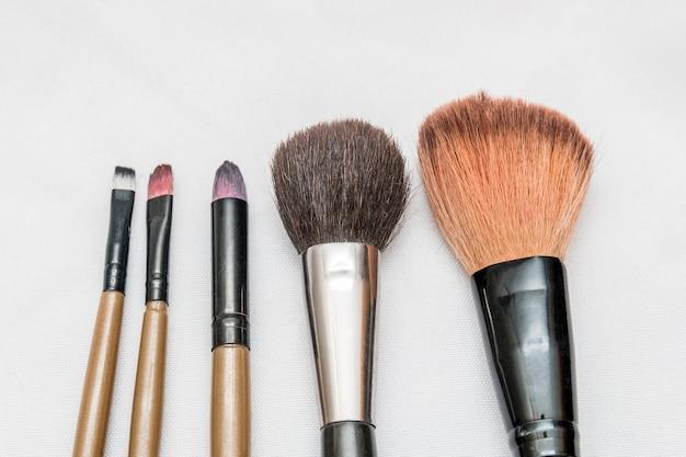 Pinceau de maquillage avec un fond blanc à rio de janeiro, brésil.
