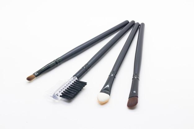 Pinceau de maquillage sur fond blanc
