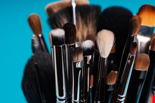 Pinceau de maquillage gros plan pour la coloration des yeux