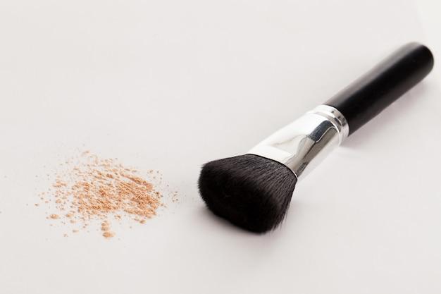 Pinceau de maquillage naturel avec poudre beige