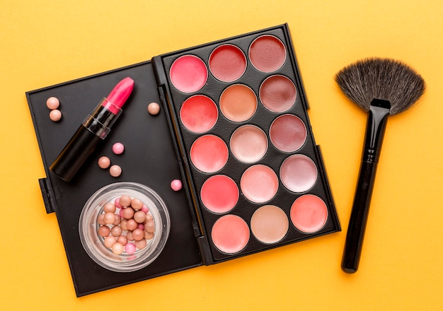 Pinceau de maquillage vue de dessus avec rouge à lèvres