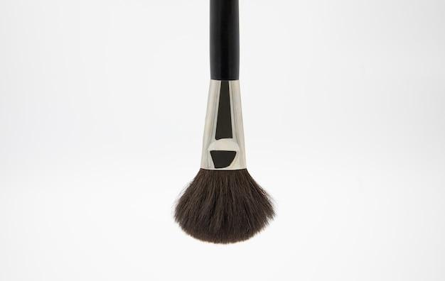 Pinceau moelleux noir pour maquilleur sur fond blanc
