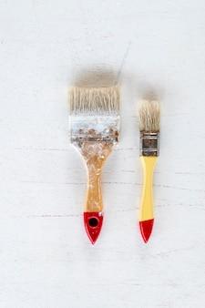 Pinceau. outil d'art et d'artisanat sur fond blanc. fermer.