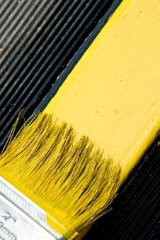 Pinceau peinture jaune, gros plan