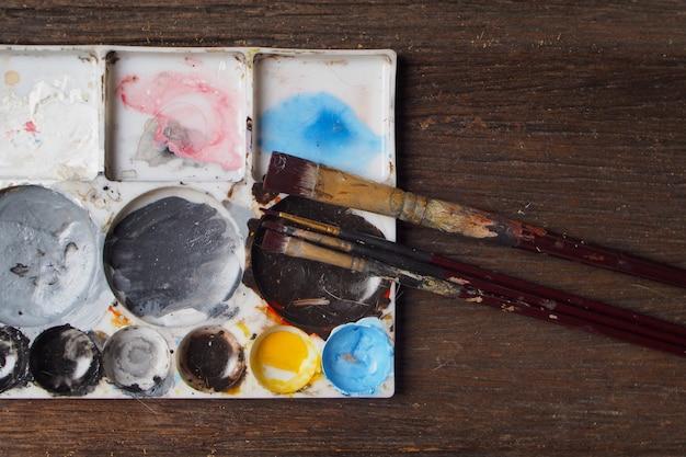 Pinceau avec plaque de couleur