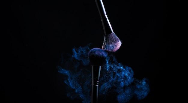 Pinceau poudre et poudre bleue étalés
