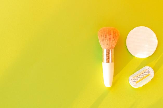 Pinceau pour appliquer des disques en blush et en coton-éponge avec une cartouche pour rasoir