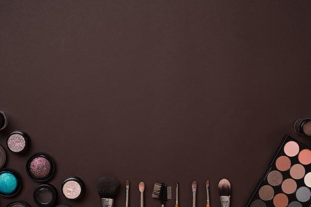 Pinceau pour maquillage ombre à paupières vue d'en haut sur fond marron