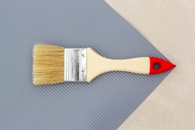 Pinceau à réparer en gris. vue de dessus.