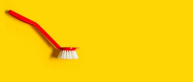Pinceau rouge vif se trouve sur un fond jaune vif. vue de dessus. fond