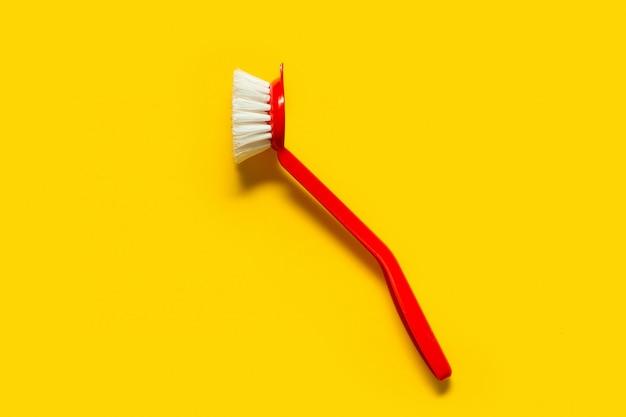 Pinceau rouge vif se trouve sur un jaune vif