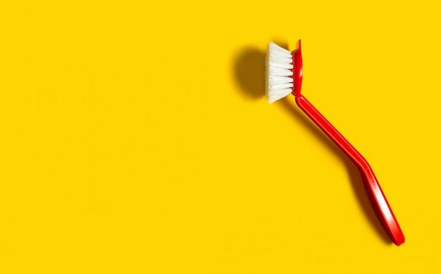 Le pinceau rouge vif se trouve sur le jaune vif.