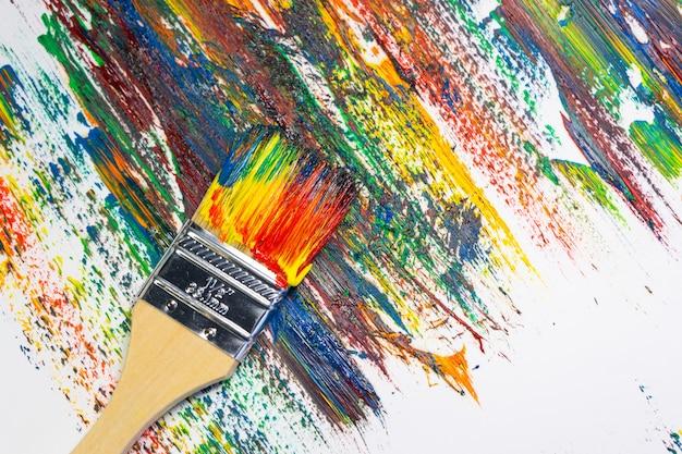 Pinceau et toile dans des peintures à l'huile avec des traces de peinture