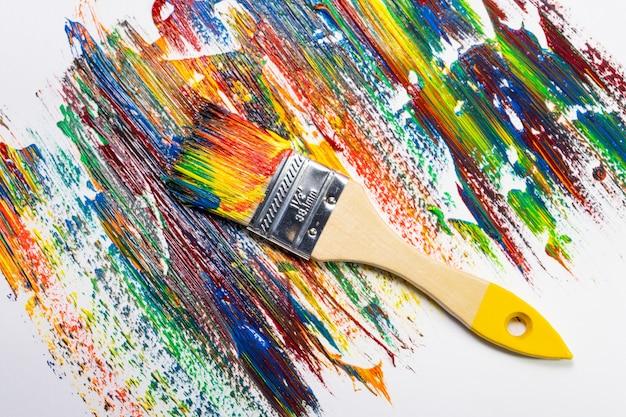 Pinceau et toile dans des peintures à l'huile