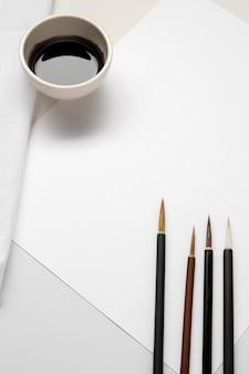 Pinceaux aiguisés haute vue et espace de copie d'encre