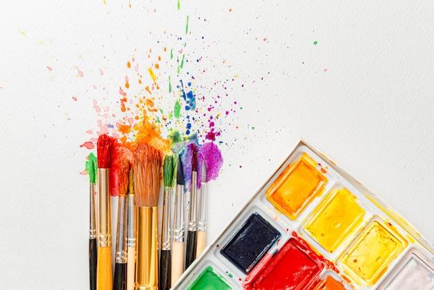 Pinceaux aquarelle sur papier blanc