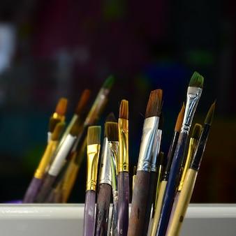 Des pinceaux d'art en coupe se trouvent dans la salle de divertissement pour enfants près du miroir.