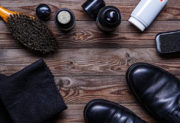 Pinceaux, cire, chaussures et accessoires. entretien des chaussures. vue de dessus