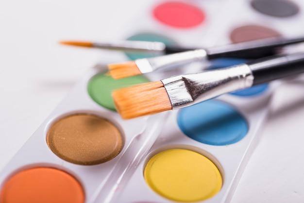 Pinceaux colorés à l'aquarelle
