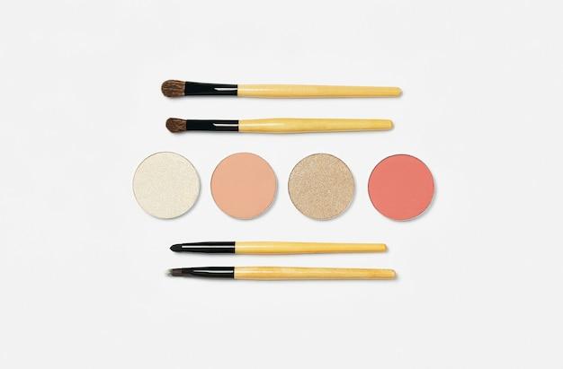 Pinceaux cosmétiques sur fond blanc. divers pinceaux de maquillage pour les yeux et le teint. fard à paupières blush poudre correcteur de maquillage professionnel. brosses à sourcils et à paupières.