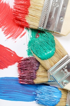 Pinceaux de couleurs différentes