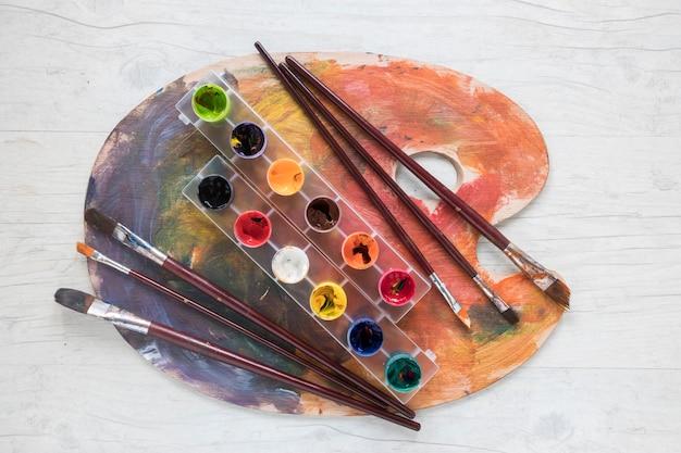 Pinceaux et gouache sur palette