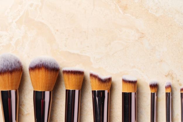 Pinceaux à maquillage. concept de beauté. fond clair.