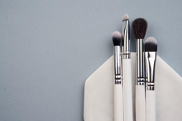 Pinceaux de maquillage sur fond gris