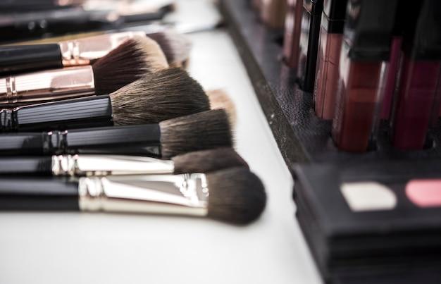 Pinceaux de maquillage en gros plan