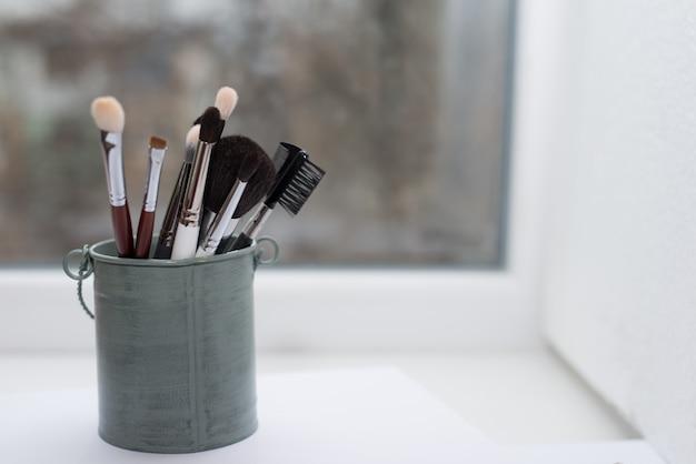 Pinceaux de maquillage isolés sur blanc