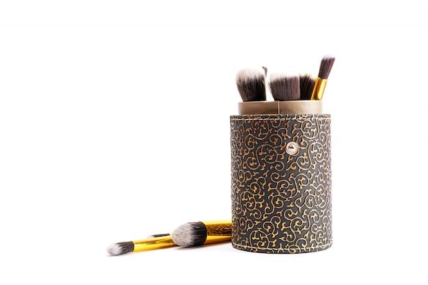 Pinceaux de maquillage en poudre. dessin de produits cosmétiques isolés sur blanc