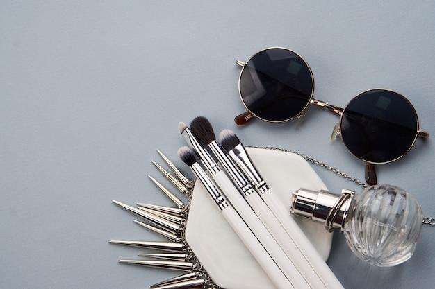 Pinceaux de maquillage sur table grise