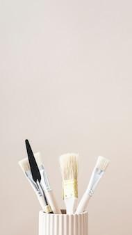 Pinceaux et outils d'art dans une tasse