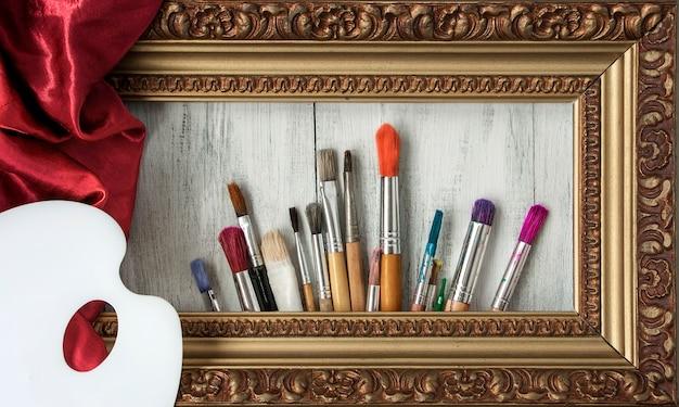Pinceaux, palette et un cadre photo