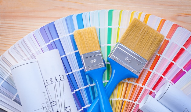 Pinceaux sur palette de couleurs et planches en bois