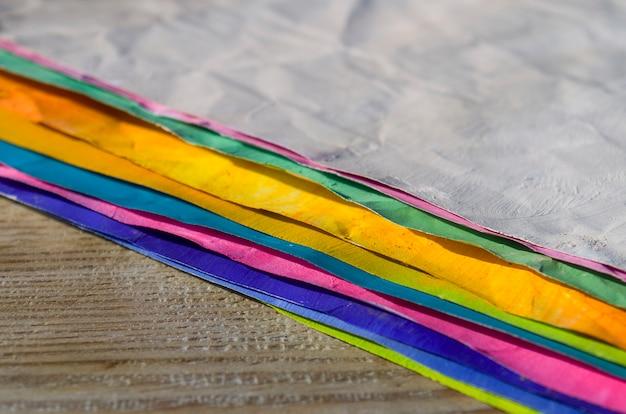 Pinceaux et papier de couleur sur fond en bois. fond d'art. fournitures d'art