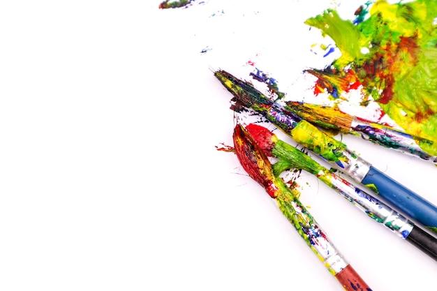 Pinceaux de peinture colorée avec les couleurs