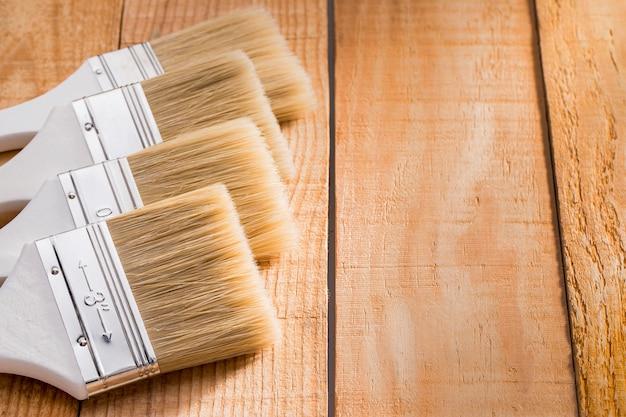 Pinceaux de peinture copiés alignés