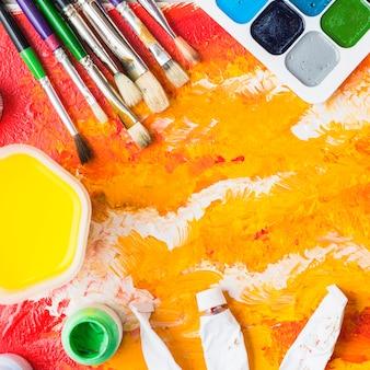 Pinceaux et pigments sur peinture abstraite