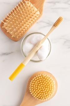 Pinceaux plats et arrangement de coton