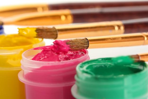 Pinceaux Sur Les Pots Avec De La Gouache Colorée Photo Premium