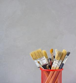 Pinceaux pour dessiner un fond gris