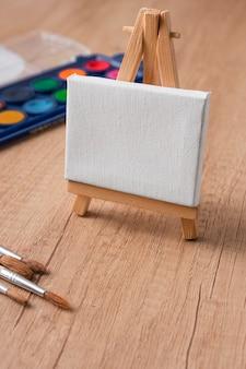 Pinceaux et toile de peinture vue de dessus